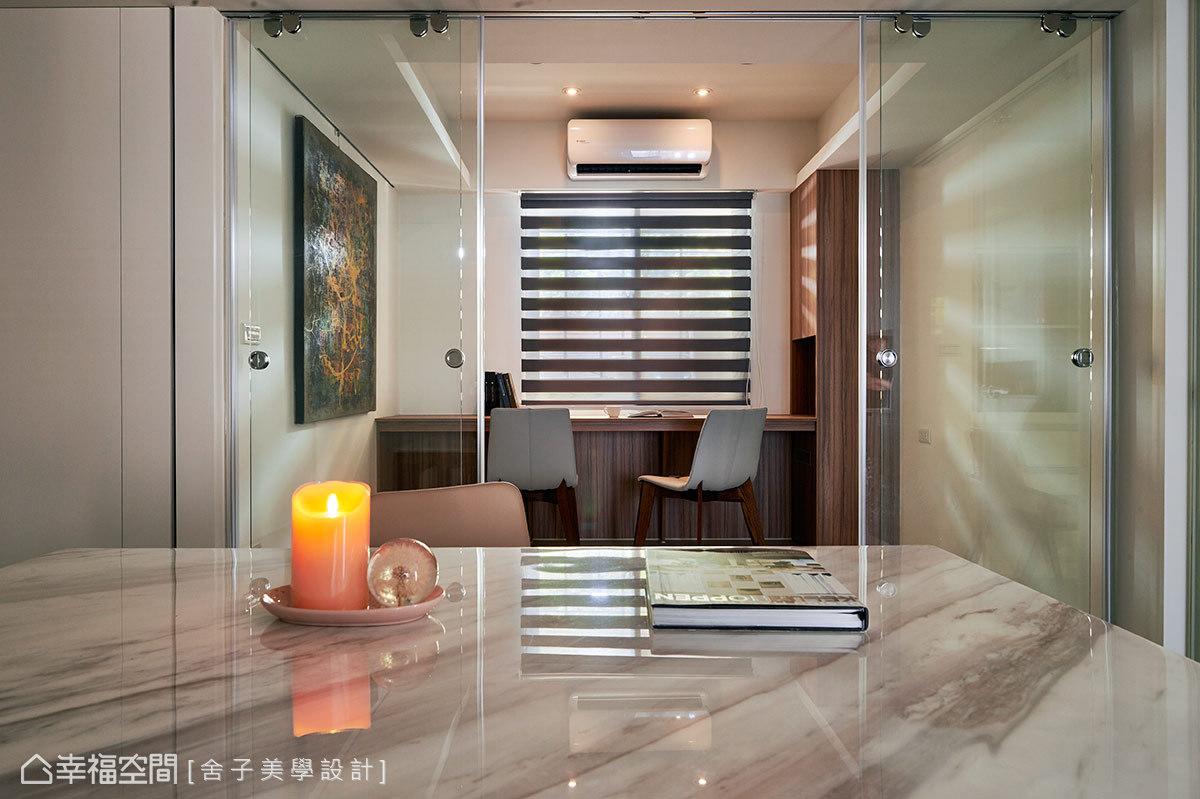 利用清玻璃的隔間設計手法,其穿透感的質材將自然光引入室內,讓內外情境皆相融。