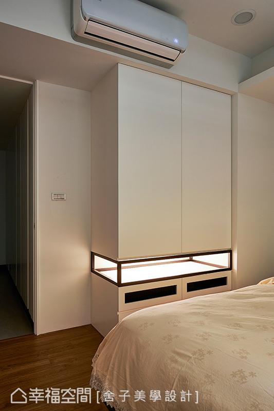 櫃體的下方以鏤空呈現並內嵌光源,呈現輕盈的量體感受,柔和光源更替夜晚帶來安心的舒適氛圍。