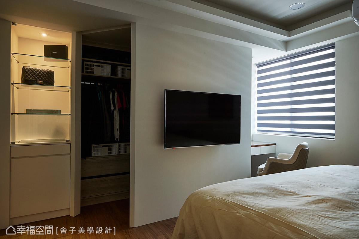 發揮空間每一處的可能性,利用電視牆後方的微型領域,規劃出一處更衣室,讓室內格局全面被運用。