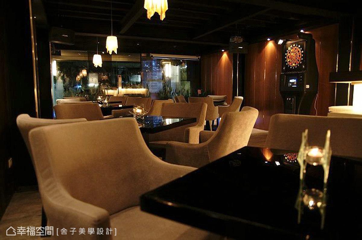 這間由設計師詹秉縈打造的Lounge Bar-a bar 時尚音樂餐廳,以精湛的工藝、多元的材質,堆砌出場域的氣宇非凡。