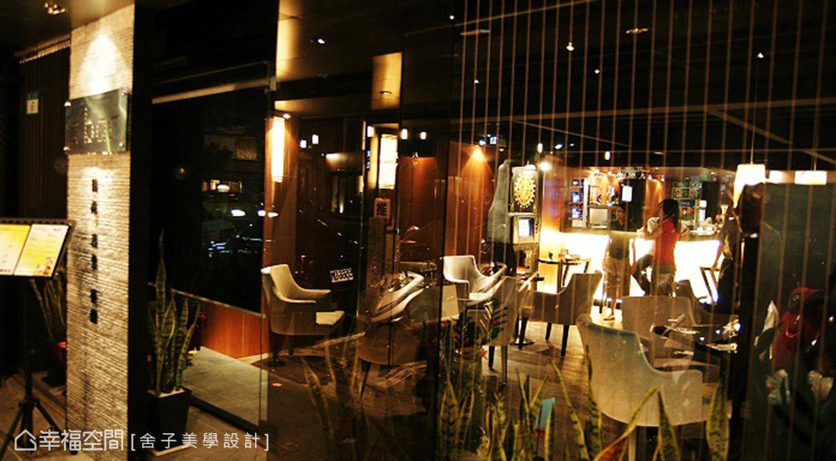 入口處,舍子美學設計使用石材牆搭配鋼索條,再透過光線的鋪陳,勾勒優雅氣韻與迎賓的質感。