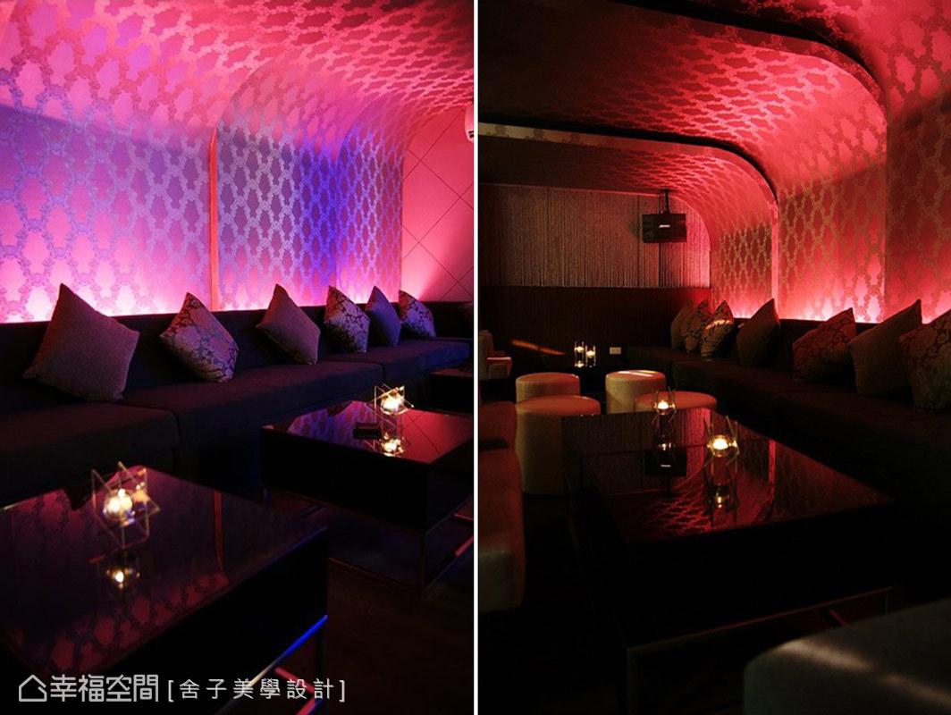 沙發座位區的上方,使用弧形造型來串連牆面與天花,曖昧且繽紛的燈光,映照出獨特的空間氛圍。