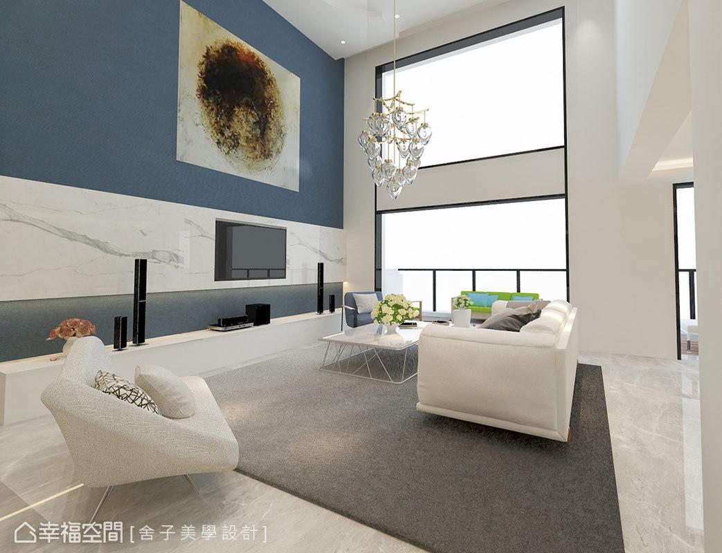 挑高五米的客廳具配豪邸氣勢,設計師詹秉縈於電視牆上以大理石及藝術品鋪述,於光影交織的線面中體現其精緻美感。