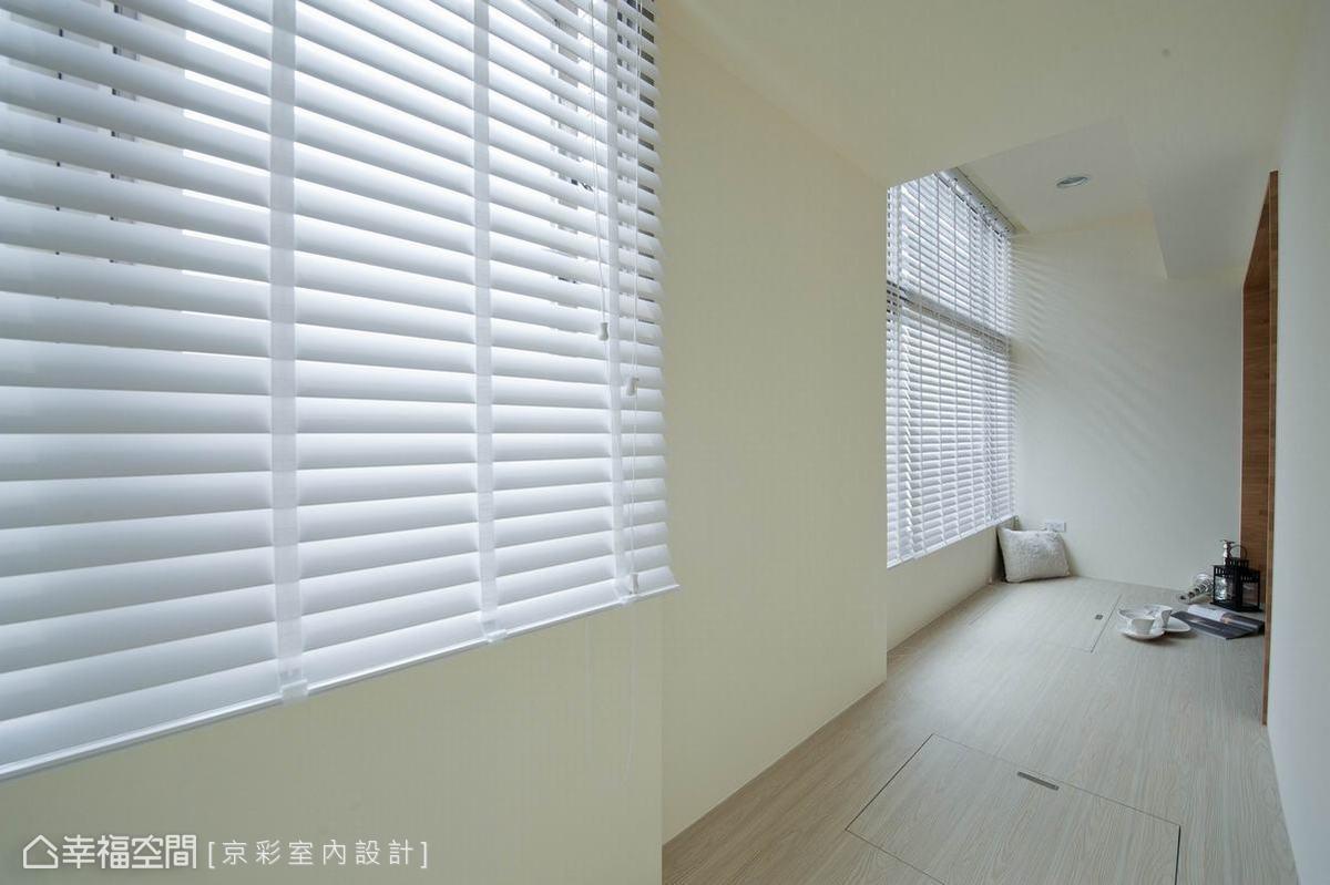 架高而出的休憩區塊,除了安排入大量地坪收納,窗面的保留讓採光有了自然灑落及延伸。