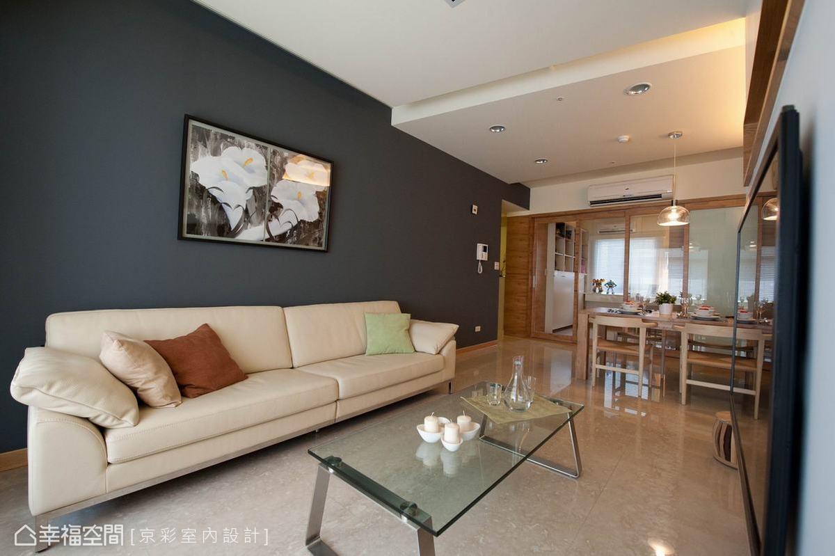 思考入白色基底與集層材的視覺份量,設計師王立崢沙發背牆刻意選以深灰色系,營造空間穩定感。