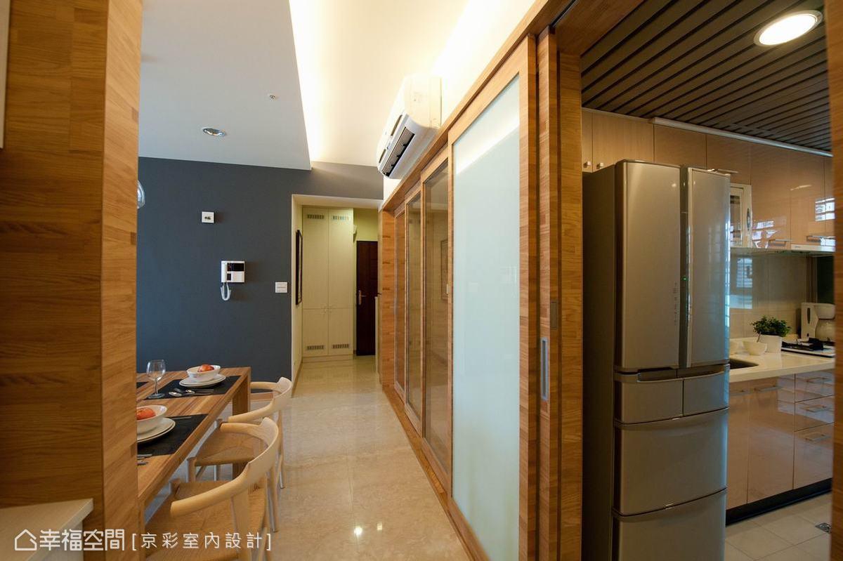 三片式連動加上烤漆玻璃的固定門片,和室空間有了開放的彈性變化。