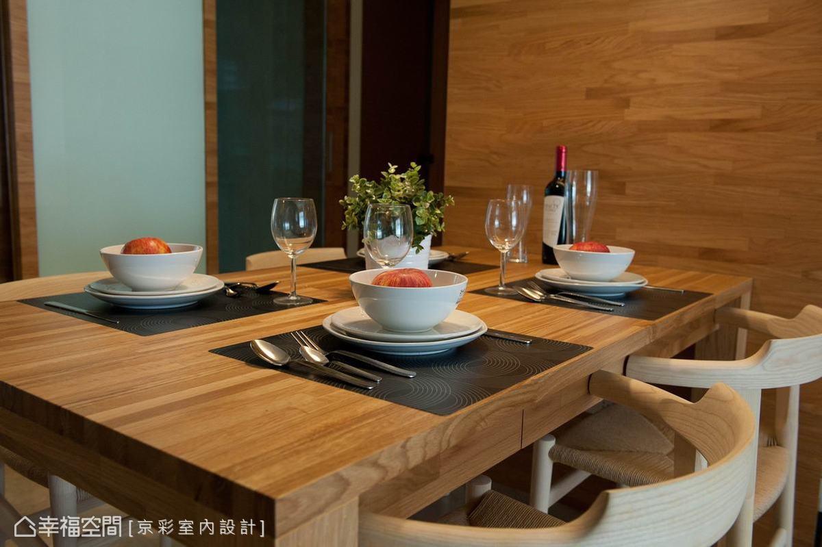 動線的調整後,家庭核心位置開始有了用餐的專屬場域。