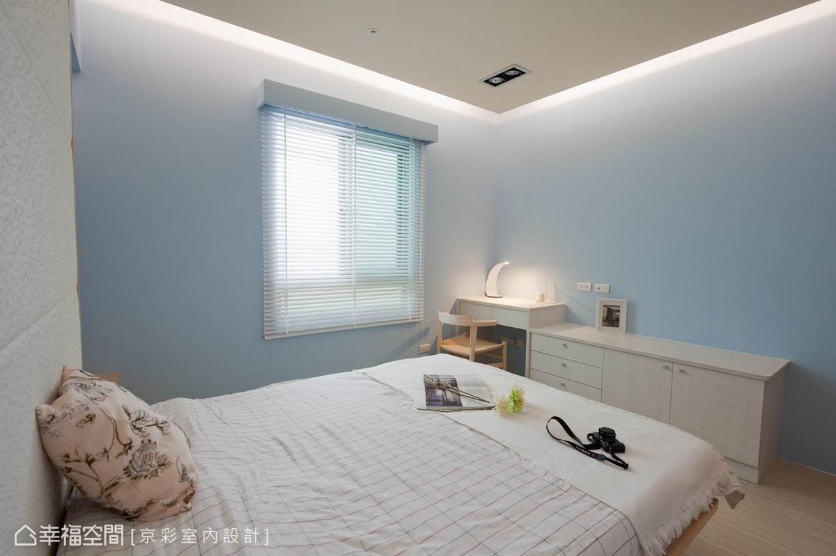 格局調整後的整體空間,讓女主人擁有了專屬更衣室,藍色調性下更顯清亮。