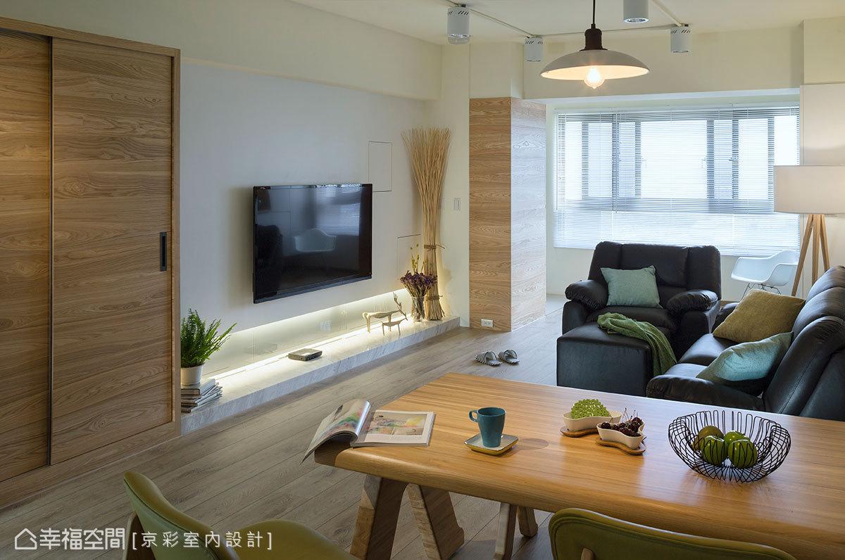 電視牆兩側的實木皮櫃面,獨有的木頭質感帶出場域溫度。