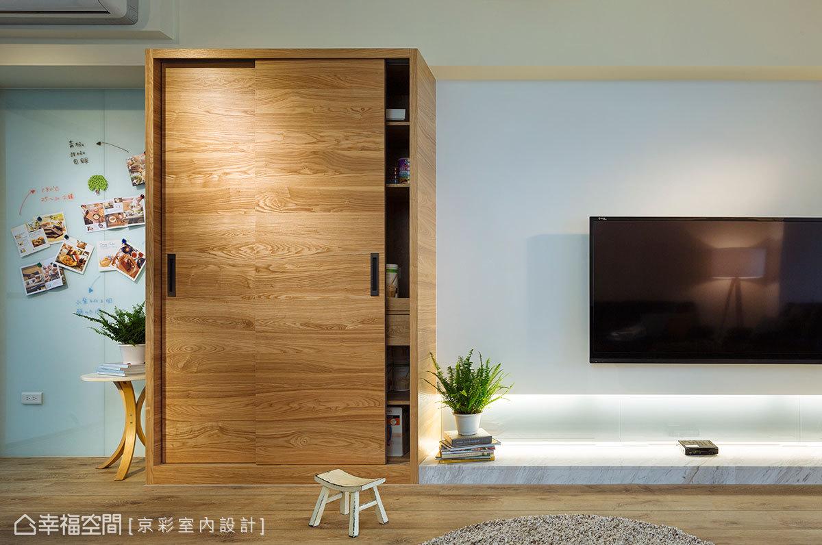 壓克力噴漆的電視面牆,搭配灰色烤玻與大理石檯面,賦予時尚又蘊含層次的語彙。