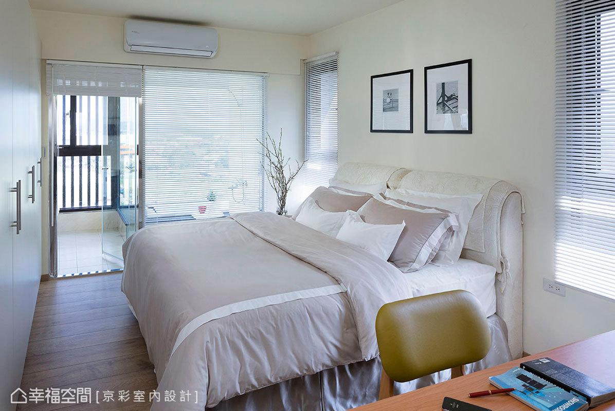 床頭的地方保留了兩扇開窗,並將衛浴牆面改以清玻璃,呈現滿室明亮的通透感。