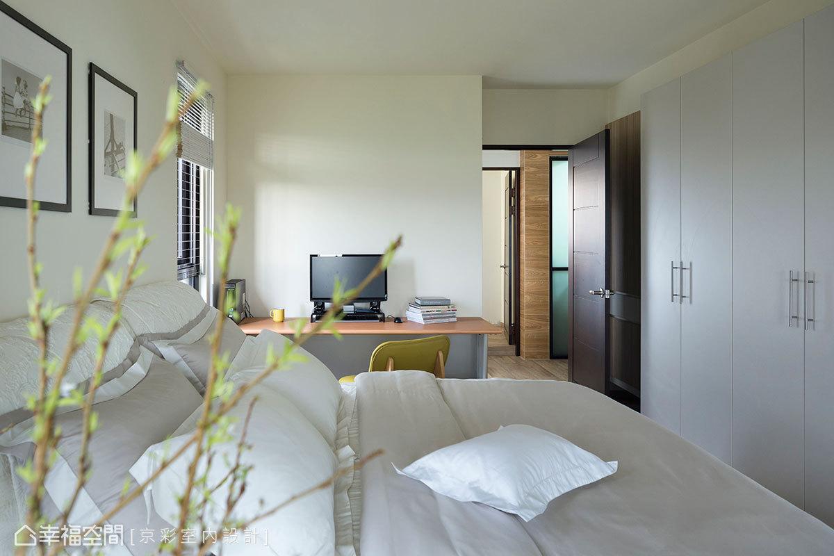 主臥房的設計元素盡量單純乾淨、化繁為簡,以輕淺色調圍塑臥眠的舒適。