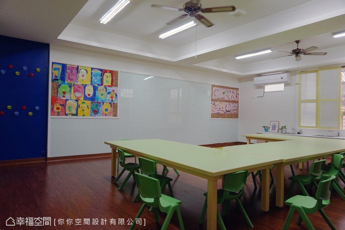 教室各個角落展示著小朋友們的作品,一整面牆以烤漆玻璃處理,可供塗鴉。