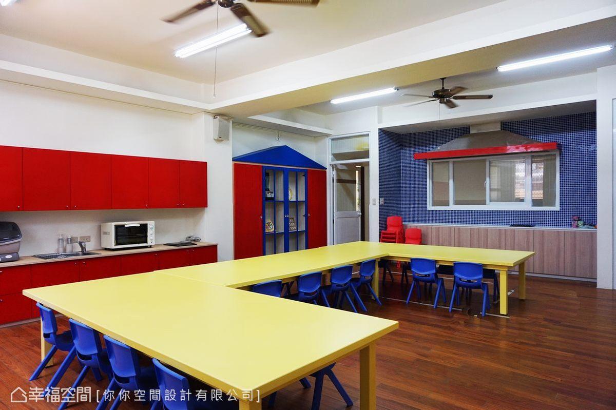 以鮮艷的紅藍黃作為空間配色,備有簡單的烘焙、盥洗機能。