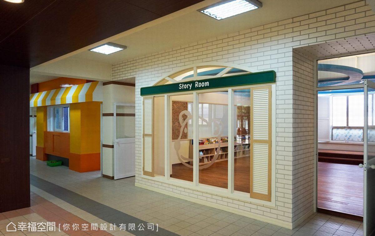 彷彿外國書店的大面積開窗,圖書室位於教室中心與大廳連接。