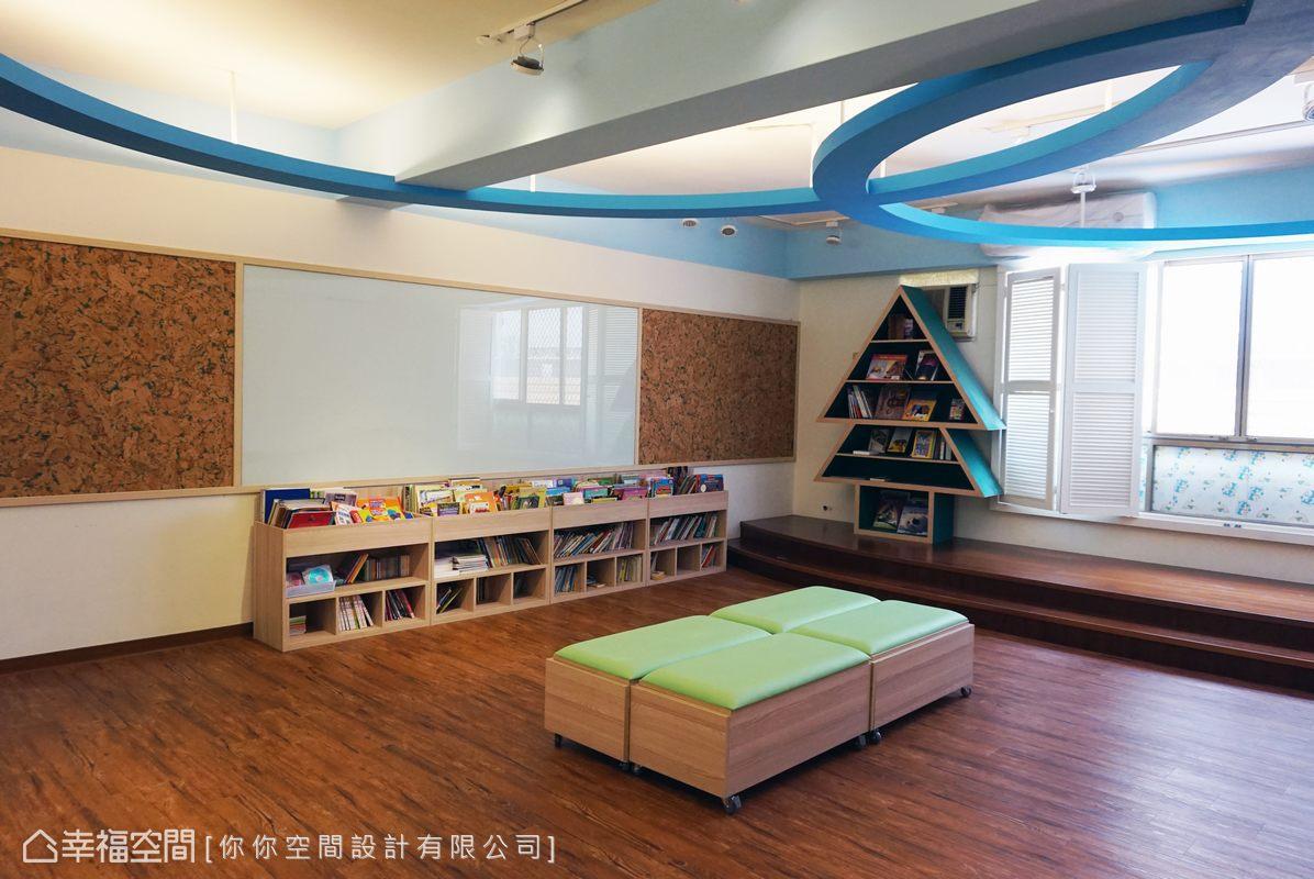 木地板、長椅、架高地坪於開放的空間中創造席地而坐的閱讀樂趣。