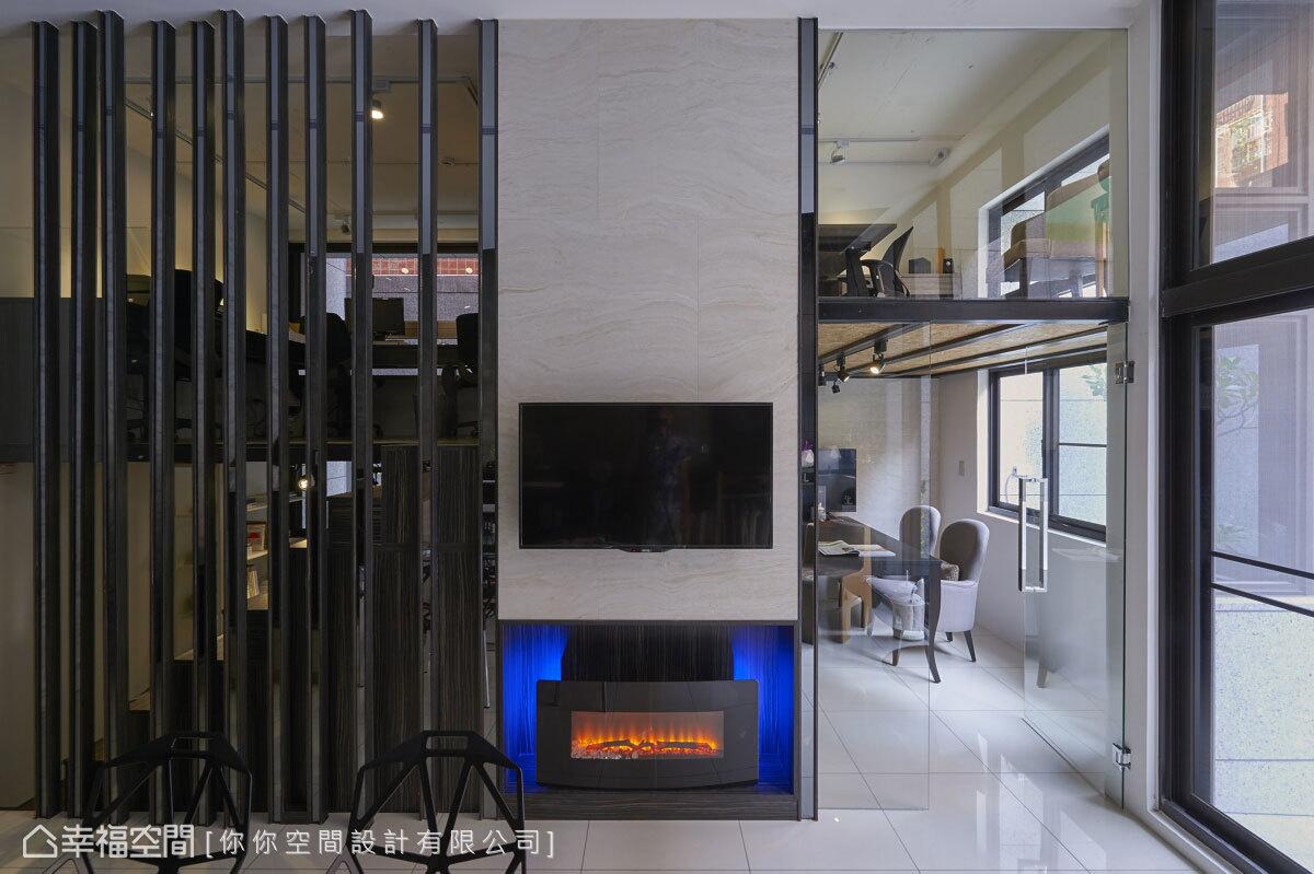 處於中心視覺的電視主牆,將空間劃分出2間辦公室、1間閱讀室,以及2間會議室。