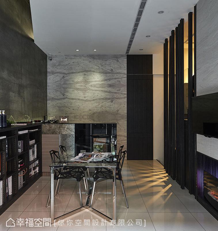 由薄型板岩石材、烤漆玻璃打造而成的吧檯,結合大理石紋壁紙背牆,帶來統一的風格視覺設計。