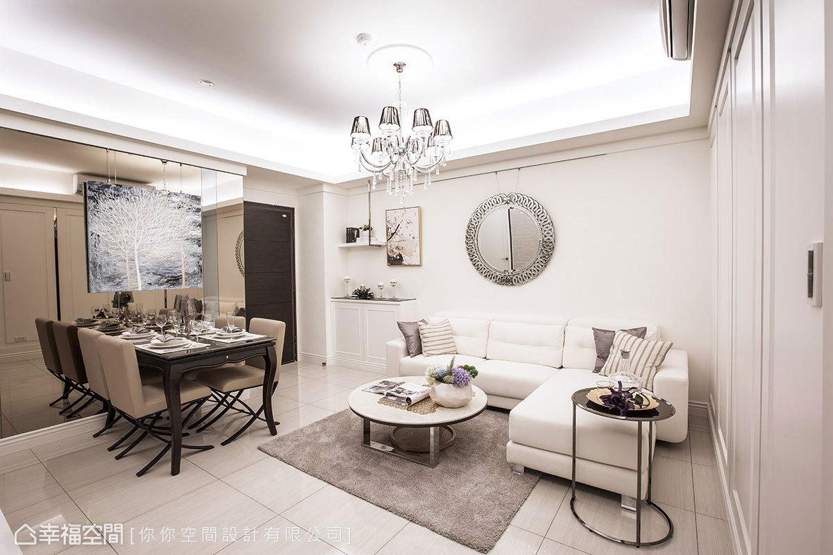 華麗感的水晶吊燈成為空間的視覺核心,將家具向四周壁面靠攏後,自然釋出日常動線。