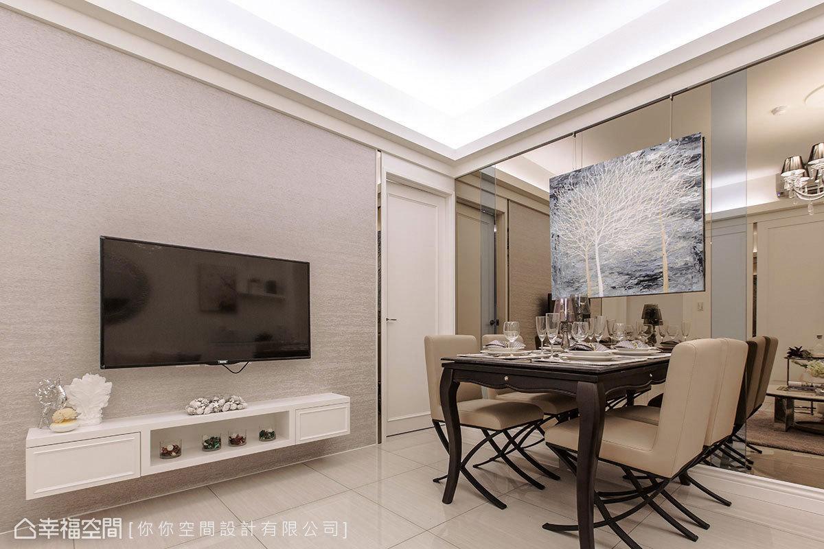 左側電視牆以洞石紋路的壁紙鋪陳,右側餐廳飾以風景掛畫的手法,呼應自然樸實之美。