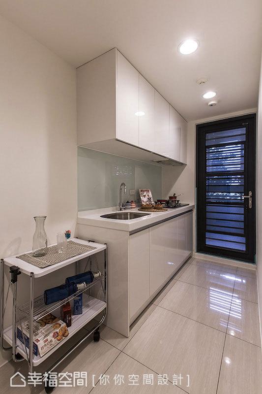 你你設計延續客、餐空間以白色系為主軸的設計,讓簡單、乾淨的元素成為廚房特色。