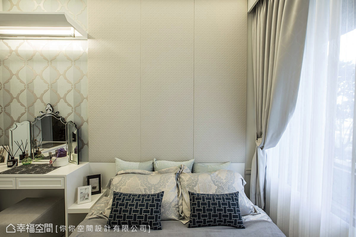 床頭以裱布作為視覺分割,沿著縫隙開展後,成為可滿足空間收納的實用櫃體。