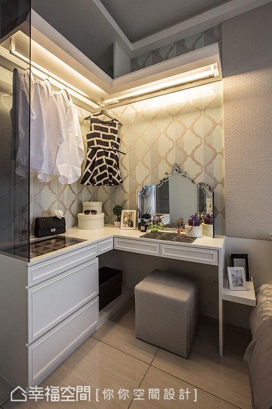 為了將梳妝台與收納衣物、配飾的空間相容,沿著牆面兩側的L型為設計,結合兩者機能。
