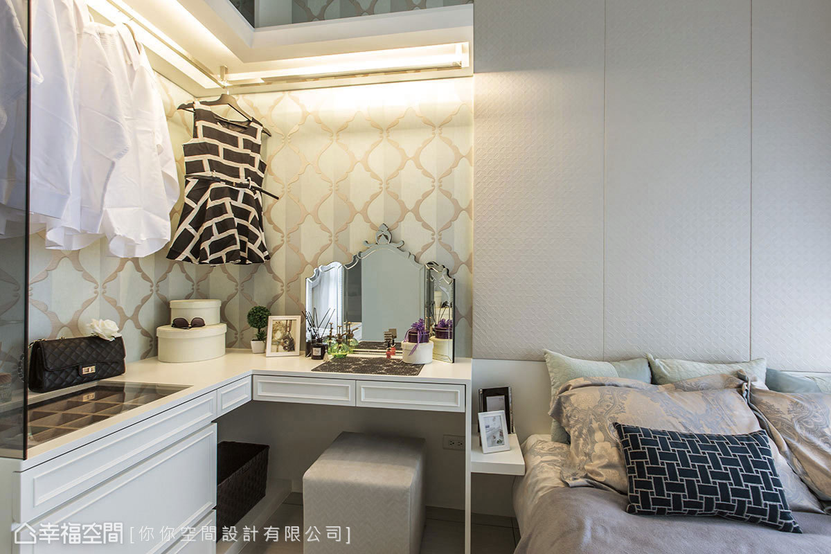 相較於床頭的簡約質感,梳妝台的牆面以華麗線條作為鋪陳,隨著光源的撒落,營造出優雅質感。