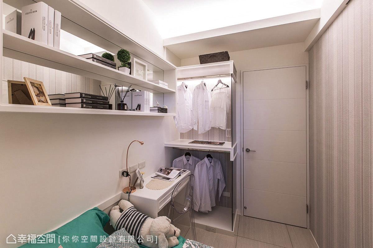利用牆面的轉角處創造L型收納機能,床頭上方更透過層板與鏡面的結合,來延伸空間視感。