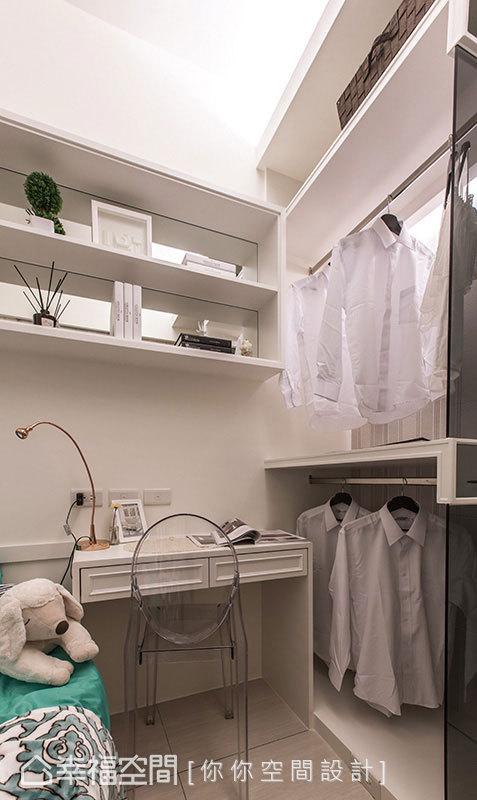 利用轉角處的L型空間,串連起衣櫃、書桌與展示層架,於有限空間發揮絕佳的智慧收納。