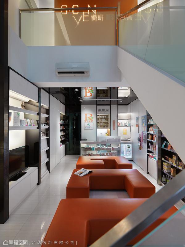 橘色系為形象色的美容中心,設計師蘇怡珊依此為主軸發展,跳脫冰冷嚴肅印象、展現精品般的醫療場域。