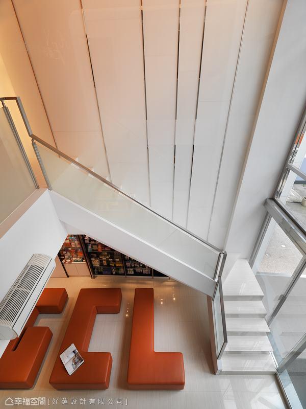 白色烤漆玻璃與不鏽鋼條錯落間,譜劃出挑高立面律動,亦明亮導入了室外情境。