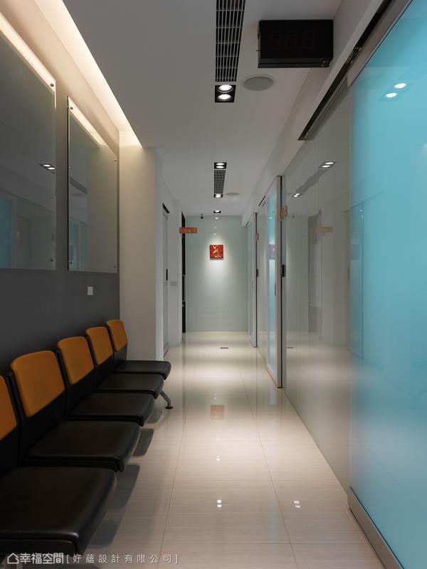 通往洗手間與休息室的長廊,側向霧玻的輕盈感加上烤漆端景,形塑了專業意象。