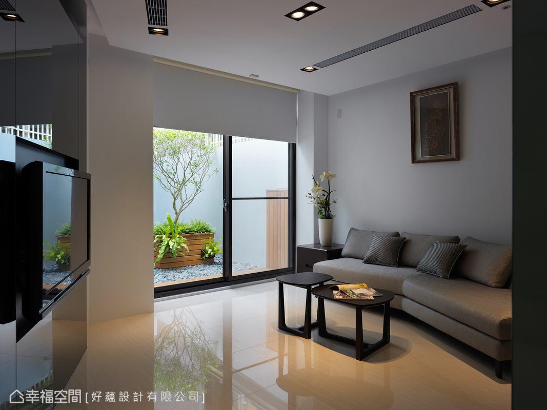 走以簡約質感的休息室,黑白色系加以戶外造景,猶如私密的家中一隅。
