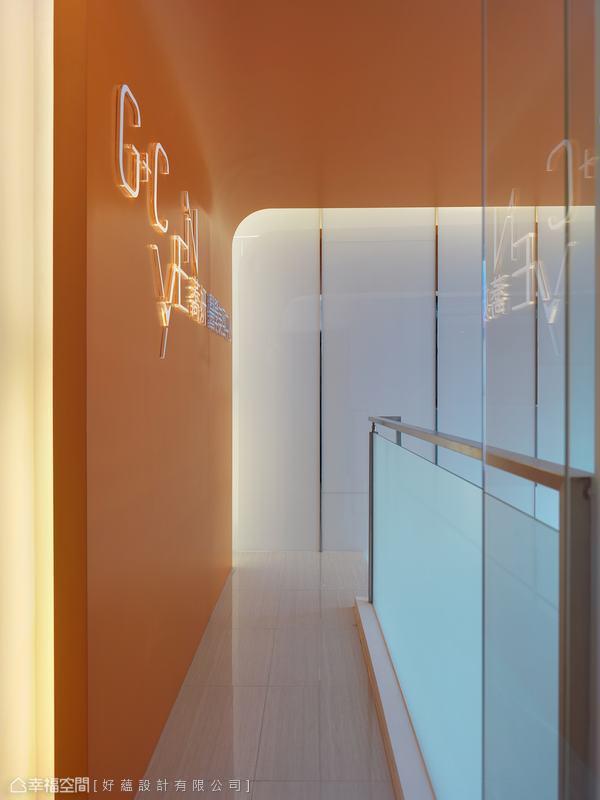 橘色系的暖度由壁延伸上天花,燈箱手法呈現的品牌名稱,即便是過路者也能從外清楚而見,以達最佳行銷效果。