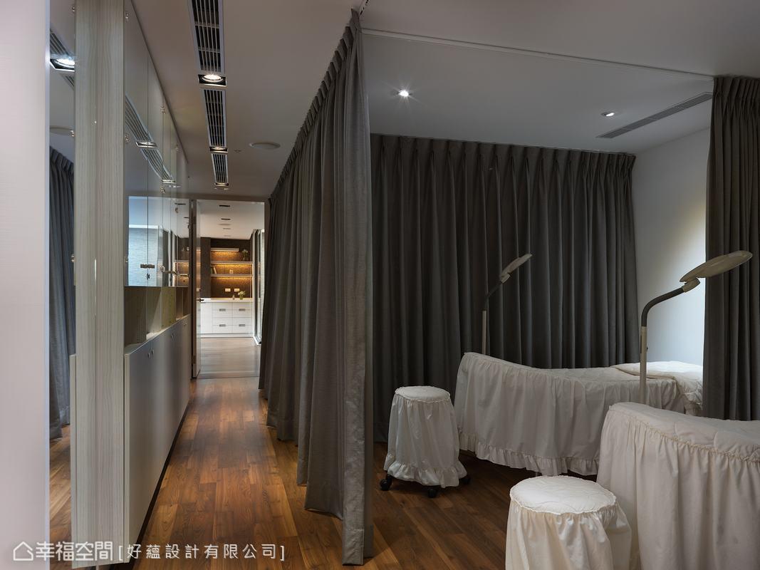 鋪以木質地板的二樓選以茶鏡搭配,規置出等候、美容及VIP室等流暢動線。