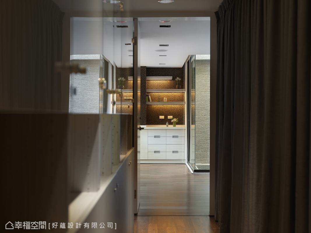 填以黑色填縫劑的金棕馬賽克櫃底,景深之中化身廊道端鏡景。