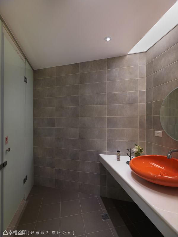 洗手間內好蘊設計也不忘以單品延續主題色彩,產生畫龍點睛亮點。