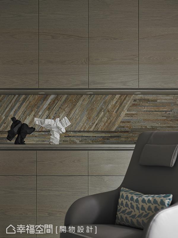 入口處旁的儲物櫃以線條式切割,讓整體利落且乾淨,中間的櫃面則選用拼接的石材來映照場域的豐富精彩。