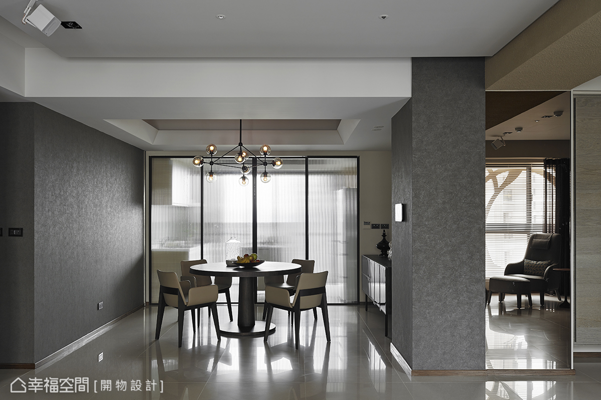 餐廳主牆與入門處立面使用石頭漆來鋪述,營造達到與原石相仿的視覺效果。
