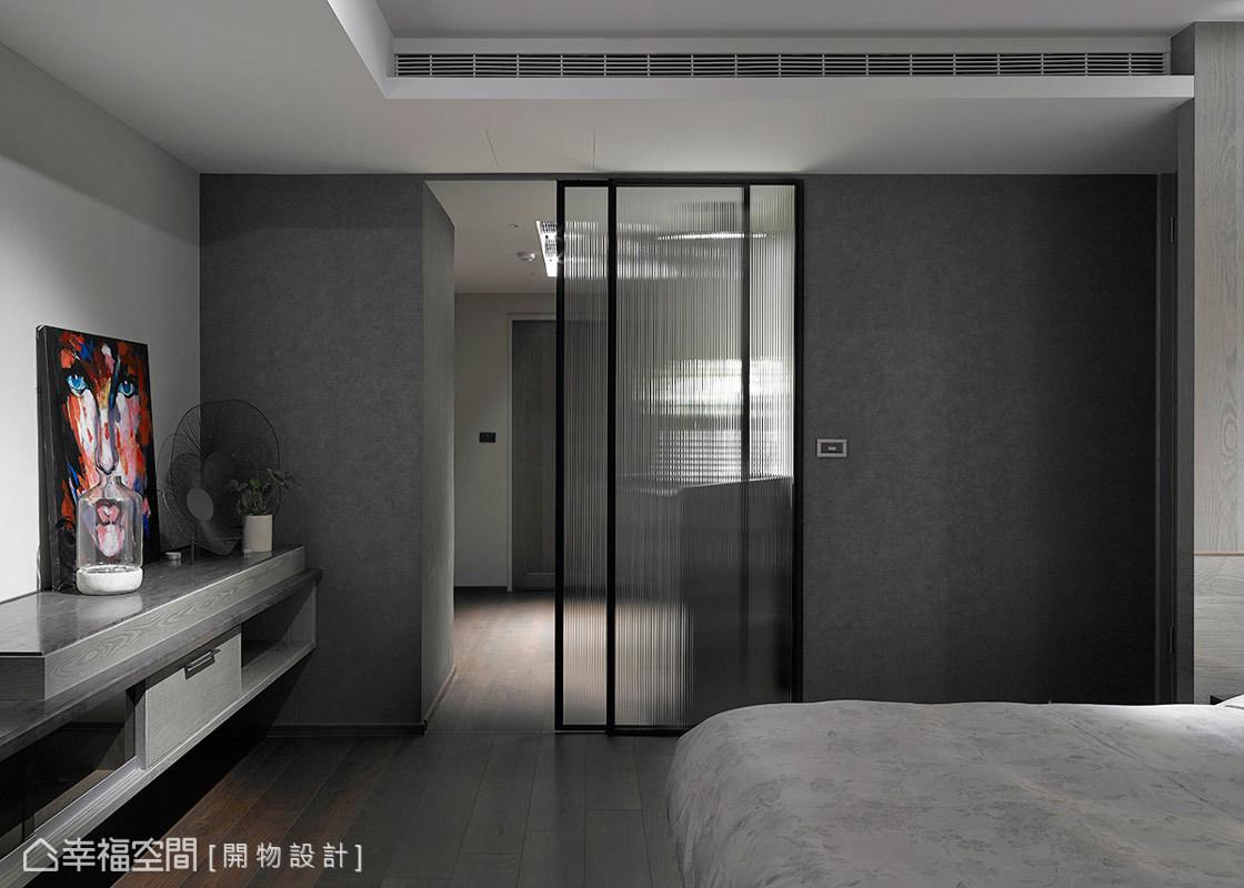 直紋玻璃拉門劃分了臥房與更衣室的機能關係,其帶有穿透感的質材特性,也將光線引入其內。