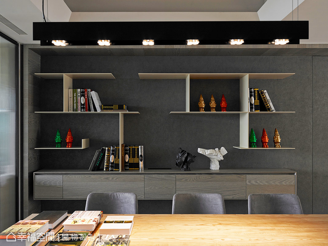 設計師楊竣淞與羅尤呈以線條切割的形式,勾勒出展示櫃端景的美麗面貌。