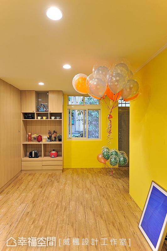 牆面與地坪皆以木紋鋪敘,烘托亮黃色的搶眼視覺,更傳遞自然的舒適質感。
