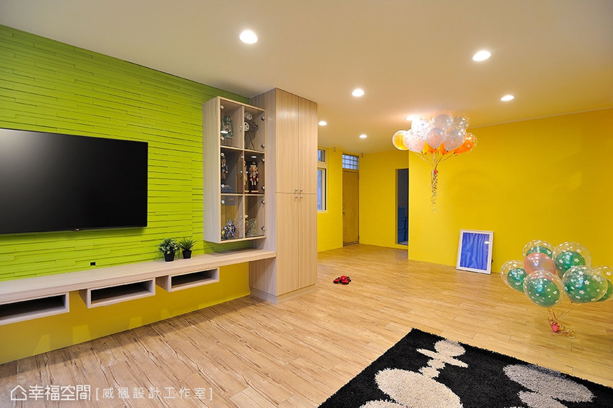 整體動線以開放式做為規劃,電視牆旁利用收納、展示櫃體的安排,區隔出玄關與公領域之別。