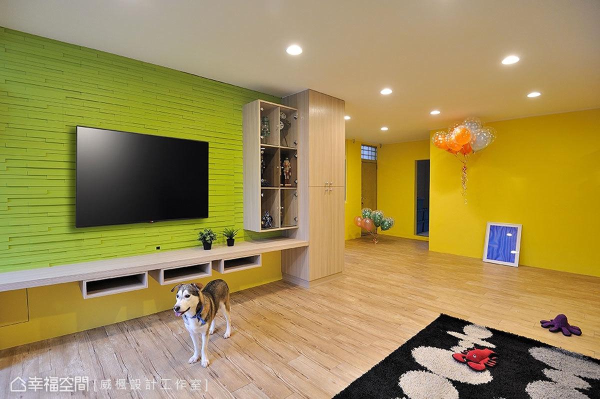 以實木二丁掛鋪敘電視牆,黃綠色系的配色帶來清新之感,立體設計勾勒出層次線條。
