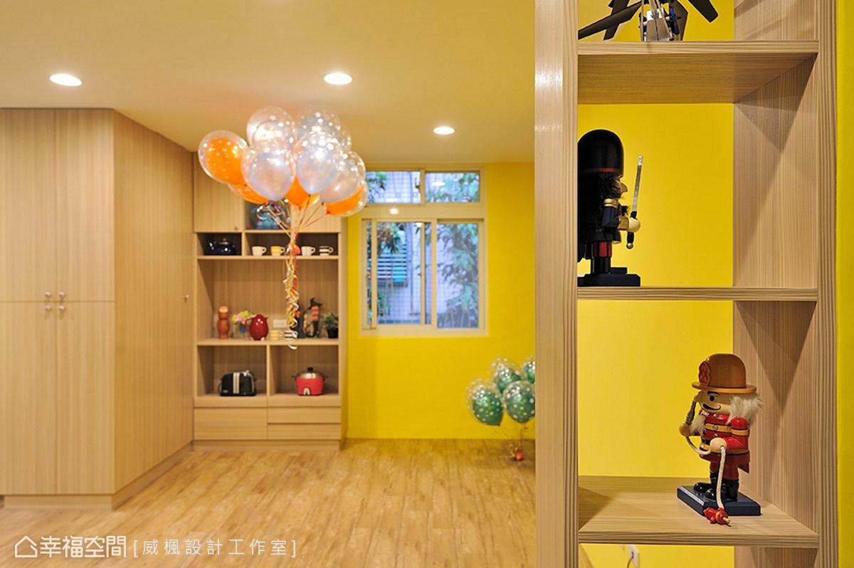 利用木作展示櫃裝飾在空間之中,並置入屋主收藏的公仔,增添些許繽紛趣味,與主題巧妙呼應。