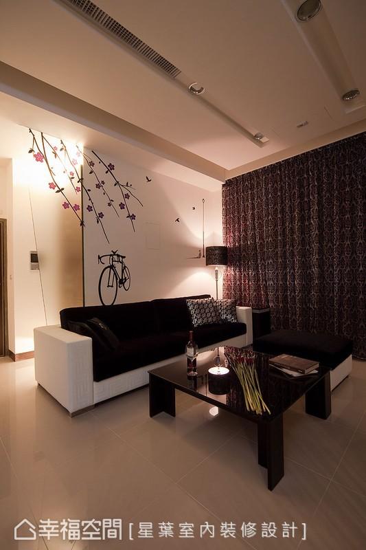 以霧玻璃形成的背牆延續,在造型壁貼與光暈漸層的相得益彰下更顯溫馨愜意。