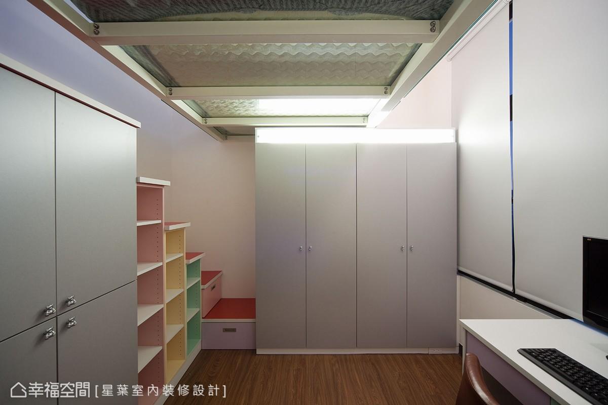 利用系統櫃安排在梯階部分,設計師試圖爭取最大限度的坪效發揮。