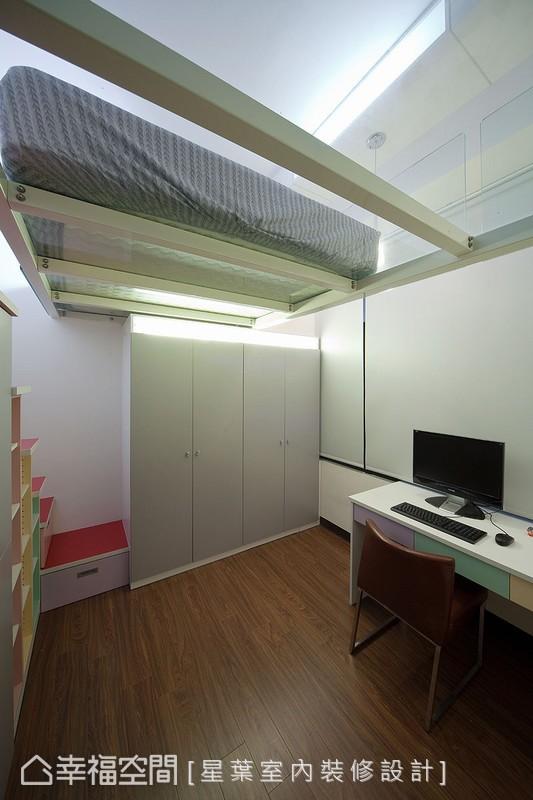 在屋高3米8的有限範圍之內,採取局部段落的閣樓空間運用,為生活機能注入靈活彈性。