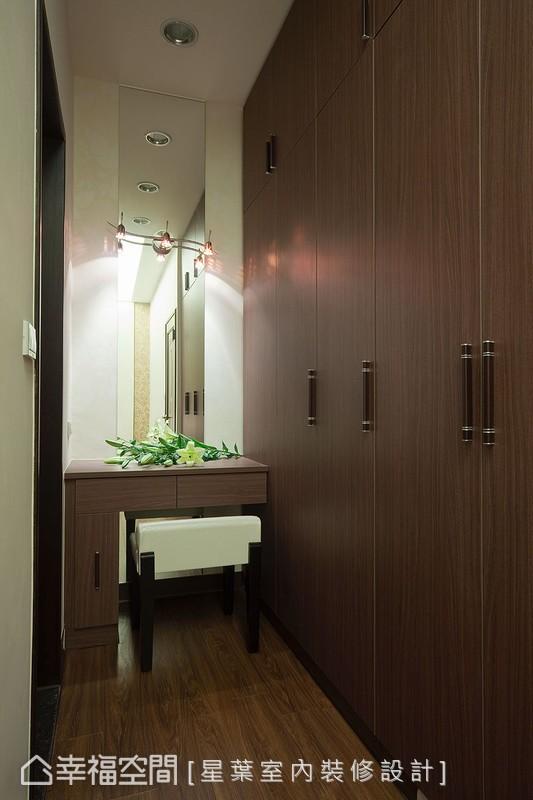 緊鄰大面衣櫃的畸零角落,形成化妝台最合適的規劃角落。